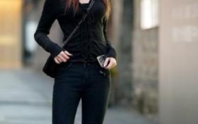 街拍黑色上衣搭配时尚小帽,这样的搭配也挺好看的