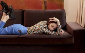 迪丽热巴穿花衬衫趴沙发上,凹出完美S型,配4万3的外套酷毙了