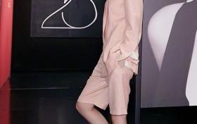 乔欣终于换风格了,穿粉色宽松西装配5分裤,帅气得不像26岁