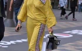 """街拍美女:一身""""枫叶黄""""现身街头,展示感性好身材,时尚有魅力"""