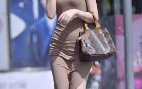 """街拍美女:时尚小姐姐,身穿一袭""""泥色""""长裙搭凉高跟显气质"""