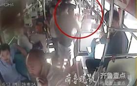 18岁女孩车厢突然晕倒,公交车变身120送医
