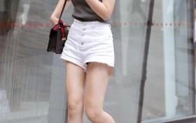 街拍:小姐姐一件白色单肩背心搭配低腰牛仔短裤,尽显时尚魅力