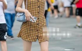 街拍:美女穿黄色格子吊带裙,显瘦又有气质,发型更显脸小!