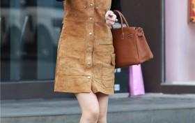 街拍:白皙修长的美腿,短牛仔裙穿出了女性韵味