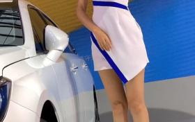 街拍:美女气质出众,制服连衣裙搭配银色高跟鞋真的好看!