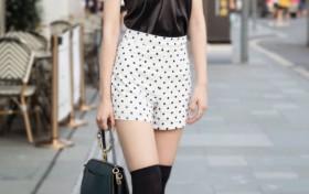 """街头火了一款潮鞋:女孩当成""""丝袜""""穿到膝盖上,不料凹出校花腿"""