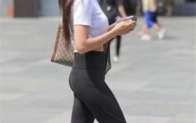 白色紧身T恤配黑色紧身裤,女人味十足,侧影妩媚动人