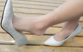 穿高跟鞋的女孩,搭配薄丝袜, 秀出女生优雅气度