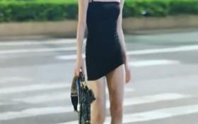 """街拍:穿一双""""狗盆鞋""""小姐姐出街"""