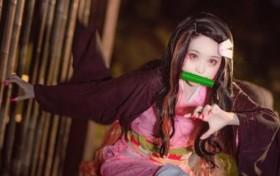 14岁萝莉COS弥豆子,当她钻进背篓里的一瞬间,网友:抱走结婚